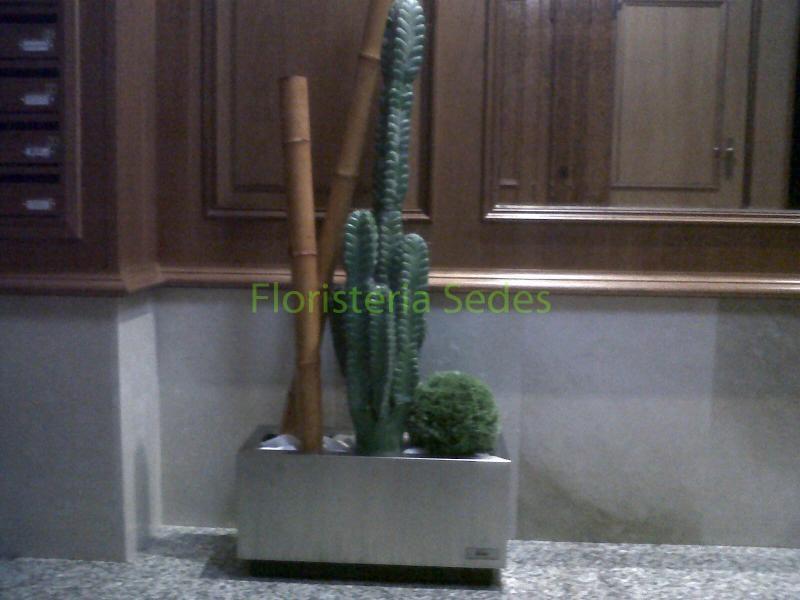 Decoraci n portal con jardineras inox - Jardineras con bambu ...